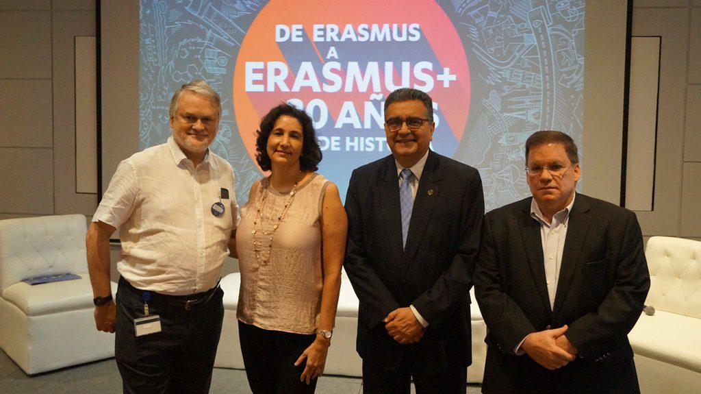 Rector de UAM Ernesto Medina en panel de inserción de egresados.